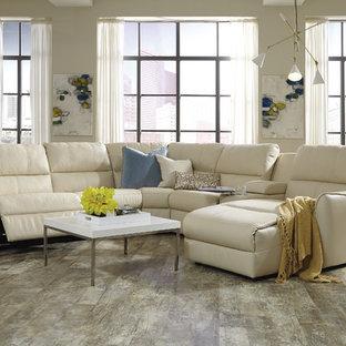 ロサンゼルスの中サイズのコンテンポラリースタイルのおしゃれな独立型リビング (フォーマル、ベージュの壁、竹フローリング、暖炉なし、テレビなし、茶色い床) の写真