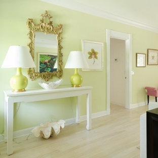 ボストンの広いトランジショナルスタイルのおしゃれな独立型リビング (黄色い壁、淡色無垢フローリング、暖炉なし、ベージュの床) の写真