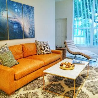 マイアミの中サイズのビーチスタイルのおしゃれなLDK (フォーマル、白い壁、セラミックタイルの床、暖炉なし、テレビなし、白い床) の写真