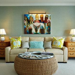 マイアミの広いトランジショナルスタイルのおしゃれな独立型リビング (青い壁、カーペット敷き、壁掛け型テレビ、暖炉なし) の写真