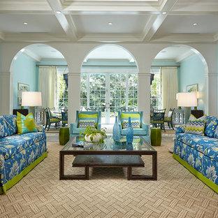 Modelo de salón exótico con paredes azules y suelo de madera clara