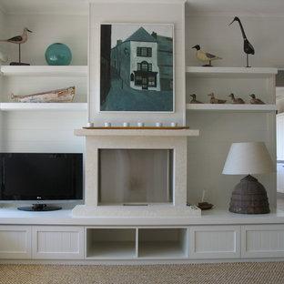 シドニーの大きいビーチスタイルのおしゃれなLDK (白い壁、カーペット敷き、標準型暖炉、石材の暖炉まわり、据え置き型テレビ) の写真