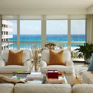 マイアミの広いトランジショナルスタイルのおしゃれなLDK (青い壁、トラバーチンの床、白い床) の写真