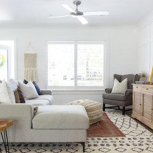 Diseño de salón abierto, costero, sin chimenea y televisor, con paredes blancas