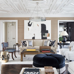 Cette photo montre un salon bord de mer fermé avec une salle de réception, un mur beige et un sol en bois foncé.