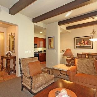 Cette photo montre un salon sud-ouest américain de taille moyenne et ouvert avec une salle de réception, un mur beige, moquette et un sol gris.