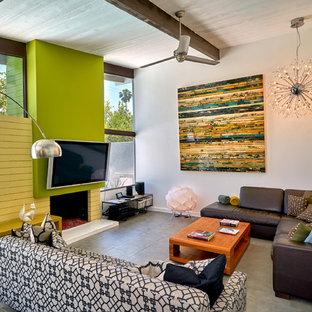 他の地域のミッドセンチュリースタイルのおしゃれなLDK (壁掛け型テレビ、グレーの壁、標準型暖炉、レンガの暖炉まわり、グレーの床) の写真