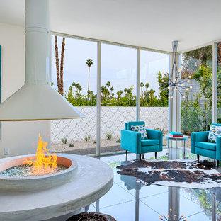 Idee per un soggiorno moderno di medie dimensioni e aperto con cornice del camino in cemento e pavimento grigio