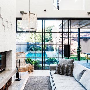 Mittelgroßes, Offenes Modernes Wohnzimmer mit weißer Wandfarbe, braunem Holzboden, Kamin, Kaminumrandung aus Backstein, Multimediawand und braunem Boden in Sydney