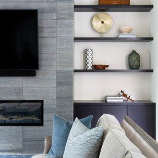オースティンの中くらいのコンテンポラリースタイルのおしゃれなLDK (フォーマル、ベージュの壁、無垢フローリング、標準型暖炉、金属の暖炉まわり、壁掛け型テレビ) の写真
