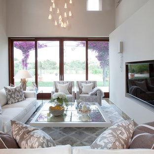 Foto de salón tipo loft, marinero, grande, sin chimenea, con paredes beige, suelo de baldosas de porcelana, suelo marrón y pared multimedia