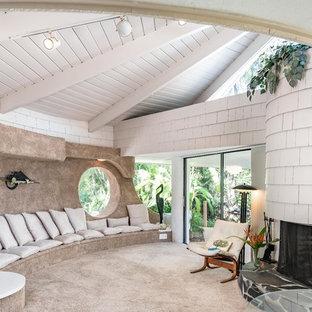 Mid-Century Wohnzimmer mit weißer Wandfarbe, Teppichboden, Kamin und grauem Boden in Tampa
