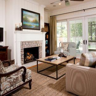 Klassisches Wohnzimmer mit Kaminsims aus Backstein in Charleston