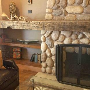 Foto på ett mellanstort rustikt allrum med öppen planlösning, med bruna väggar, en standard öppen spis, en spiselkrans i sten, bambugolv och brunt golv