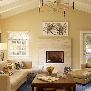 Idee per un grande soggiorno tradizionale chiuso con pareti beige, camino classico, cornice del camino in pietra, TV autoportante, sala formale, moquette e pavimento blu
