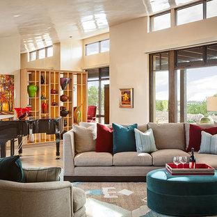 Esempio di un grande soggiorno american style aperto con sala della musica, pareti bianche, parquet chiaro, nessun camino e nessuna TV