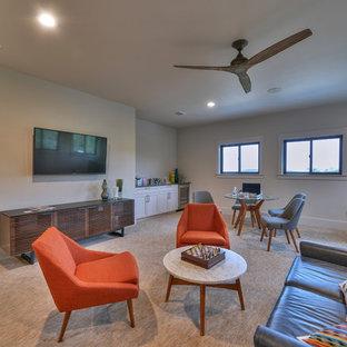 オースティンの中くらいのトランジショナルスタイルのおしゃれな独立型リビング (グレーの壁、標準型暖炉、タイルの暖炉まわり、壁掛け型テレビ、茶色い床、カーペット敷き) の写真