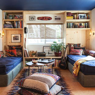 Inspiration för eklektiska vardagsrum, med vita väggar och korkgolv