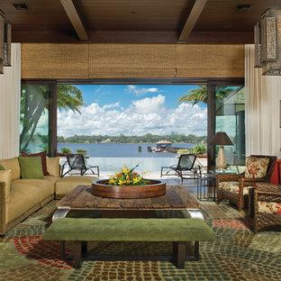 Idee per un grande soggiorno tropicale aperto con sala formale, pareti bianche, parquet scuro, nessun camino, nessuna TV e pavimento marrone