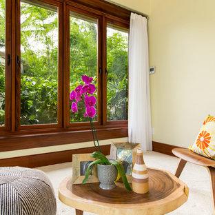 Inredning av ett exotiskt litet allrum med öppen planlösning, med ett finrum, beige väggar, heltäckningsmatta och beiget golv