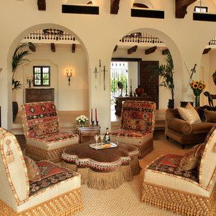 Imagen de salón para visitas mediterráneo con marco de chimenea de piedra