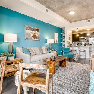 Esempio di un piccolo soggiorno chic aperto con angolo bar, pareti blu, pavimento in legno massello medio, camino classico, TV autoportante e pavimento marrone
