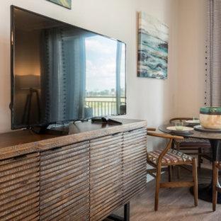 オーランドの中サイズのビーチスタイルのおしゃれなLDK (マルチカラーの壁、淡色無垢フローリング、暖炉なし、据え置き型テレビ、グレーの床) の写真