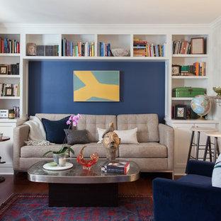 Foto di un soggiorno classico con libreria, pareti blu, pavimento in bambù, nessun camino e pavimento marrone