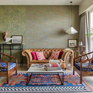 ムンバイの中サイズのトロピカルスタイルのおしゃれなリビング (緑の壁、ベージュの床) の写真
