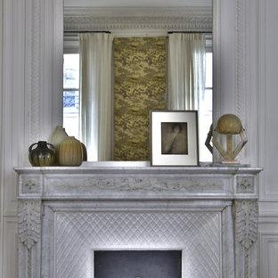 パリの広いシャビーシック調のおしゃれなリビング (フォーマル、白い壁、無垢フローリング、標準型暖炉、石材の暖炉まわり) の写真