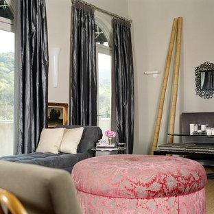 Geräumiges, Fernseherloses, Offenes Stilmix Wohnzimmer mit grauer Wandfarbe, braunem Holzboden, Kamin, gefliestem Kaminsims und beigem Boden in San Francisco