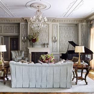 ミネアポリスのヴィクトリアン調のおしゃれなリビング (ミュージックルーム、マルチカラーの壁、無垢フローリング、標準型暖炉、テレビなし) の写真