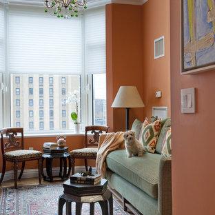 Idee per un soggiorno design di medie dimensioni e chiuso con pareti arancioni, moquette, nessun camino e nessuna TV