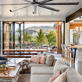 Идея дизайна: большая открытая гостиная комната в стиле кантри с белыми стенами, бетонным полом, серым полом, потолком из вагонки и стенами из вагонки