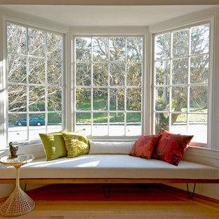 Foto de salón retro con paredes blancas y suelo de madera en tonos medios