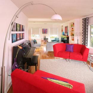 Modelo de salón con rincón musical abierto, ecléctico, de tamaño medio, con paredes blancas y suelo de madera en tonos medios