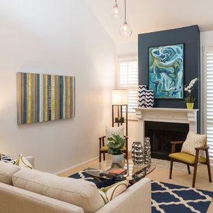 Ispirazione per un piccolo soggiorno contemporaneo stile loft con sala formale, pareti blu, moquette, camino classico, cornice del camino in legno e nessuna TV