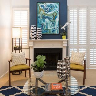 Esempio di un piccolo soggiorno contemporaneo stile loft con sala formale, pareti blu, moquette, camino classico, cornice del camino in legno e nessuna TV