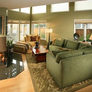 Kleines Asiatisches Wohnzimmer mit grüner Wandfarbe, hellem Holzboden, Tunnelkamin und Kaminsims aus Stein in Los Angeles