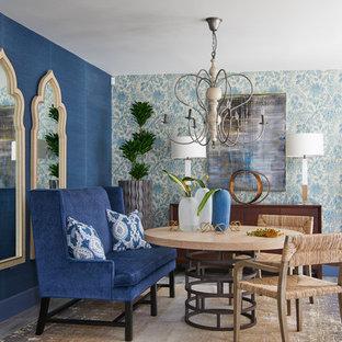 Foto di un soggiorno chic di medie dimensioni e aperto con pareti blu, parquet chiaro e pavimento beige
