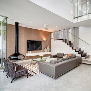 シドニーのコンテンポラリースタイルのおしゃれなLDK (吊り下げ式暖炉、フォーマル、白い壁、壁掛け型テレビ) の写真