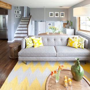 Ispirazione per un soggiorno classico con pareti grigie e pavimento marrone