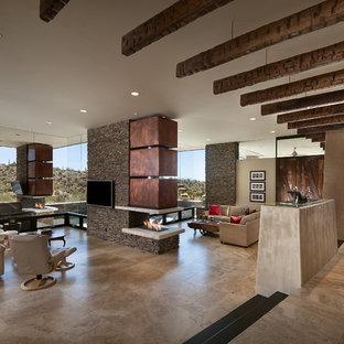 フェニックスのサンタフェスタイルのおしゃれなLDK (両方向型暖炉、トラバーチンの床) の写真