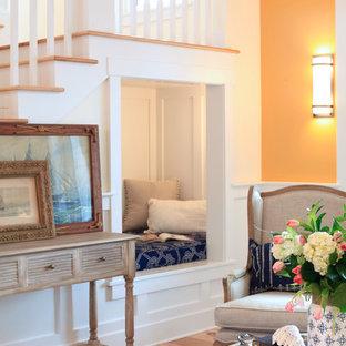 Immagine di un soggiorno classico di medie dimensioni e aperto con pareti gialle, pavimento in legno massello medio e nessun camino