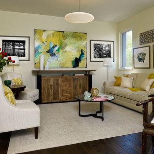 Diseño de salón cerrado, moderno, con paredes beige y suelo de madera oscura