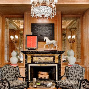 Ispirazione per un soggiorno tradizionale chiuso con sala formale, pareti marroni, camino classico, cornice del camino in pietra e pavimento in legno massello medio