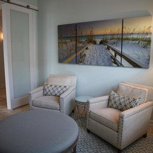 マイアミの中サイズのビーチスタイルのおしゃれなLDK (フォーマル、緑の壁、トラバーチンの床、暖炉なし、テレビなし、茶色い床) の写真