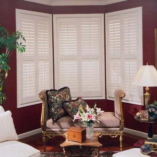 Immagine di un soggiorno chic di medie dimensioni e aperto con pareti rosse, parquet scuro e pavimento marrone