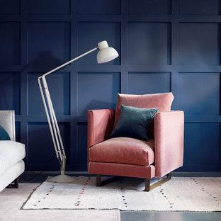 サリーの中サイズのエクレクティックスタイルのおしゃれな独立型リビング (フォーマル、青い壁、コンクリートの床、暖炉なし、テレビなし) の写真
