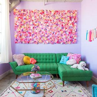 Ejemplo de salón abierto, ecléctico, con paredes púrpuras y suelo gris
